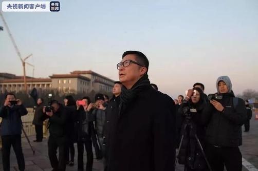 크리스 탕 홍콩 경무처장(경찰청장)이 7일 오전 중국 베이징 톈안먼광장에서 열린 국기 게양식을 지켜보고 있다. /중국 CCTV
