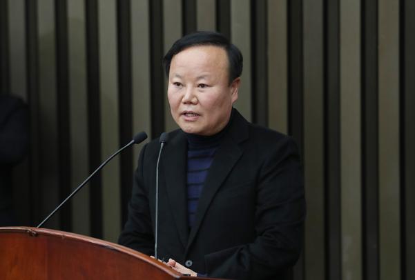 자유한국당 새 정책위의장으로 당선된 김재원 의원이 9일 국회에서 열린 의원총회에서 인사말하고 있다./연합뉴스
