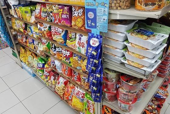 서울 한 편의점 판매대에 진열된 과자와 라면. /박용선 기자