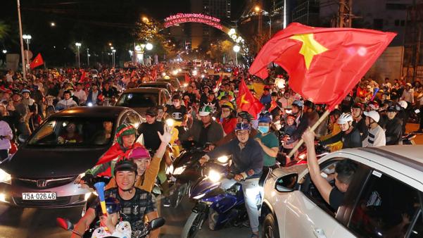 베트남 시민들이 SEA게임 금메달이 확정된 뒤 거리로 나와 환호하고 있다. /오종찬 기자