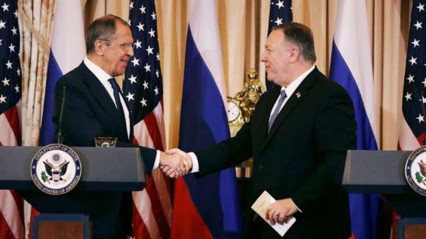 마이크 폼페이오(오른쪽) 미국 국무장관과 세르게이 라브로프 러시아 외무장관이 10일(현지시간) 워싱턴DC 국무부 청사에서 회담한 뒤 공동 기자회견에 앞서 악수하고 있다. /트위터 캡처