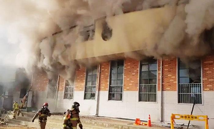 안동 강남초등학교 체육관서 화재… 전교생 1000여명 대피, 6명 연기 흡입