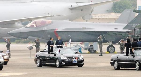 문재인 대통령이 지난 10월 1일 대구 공군기지에서 열린 제71주년 국군의날 행사에 참석, 정경두(왼쪽) 국방장관과 함께 사열을 하면서 스텔스 전투기 F-35A를 지나고 있다. /남강호 기자