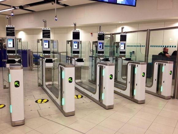 얼굴인식 기술이 적용된 네덜란드 최대 공항이자 유럽을 대표하는 허브인 스키폴 공항의 셀프 체크인 카운터 /비전박스