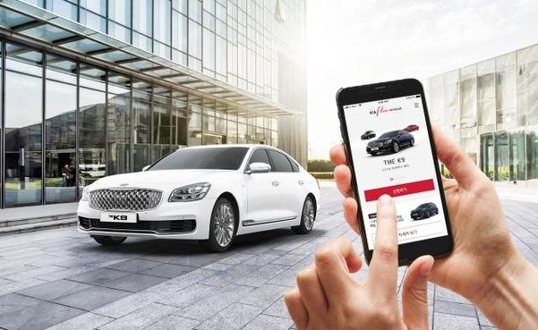 매달 일정 금액을 지불하면 원하는 차를 골라서 탈 수 있는 자동차 구독 서비스에 대한 관심도 최근 커지고 있다. 사진은 스마트폰으로 기아차의 구독 서비스인 '기아 플렉스' 앱에 접속해 K9를 선택하는 모습/기아차 제공
