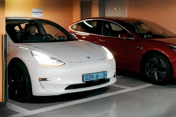 쏘카는 이달부터 테슬라도 쏘카 페어링의 대여대상차종에 포함시켰다. 사진은 쏘카 페어링의 테슬라 모델3 차량/쏘카 제공