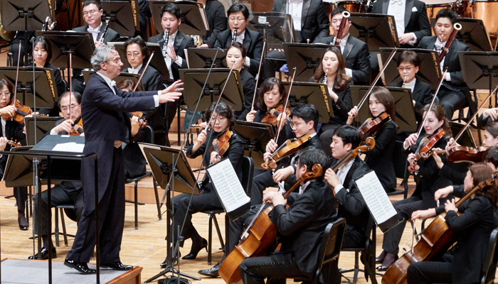 지난 13일 예술의전당에서 차이콥스키 교향곡 6번을 연주하는 루이지(왼쪽)와 KBS교향악단.