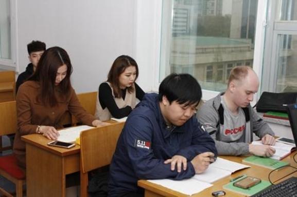 지난 10월 14일 김일성종합대학 홈페이지에 외국인 유학생 접수 절차에 관한 안내문이 게재됐다. 사진은 김일성대 홈페이지에 공개된 대학생들의 수업 모습./연합뉴스