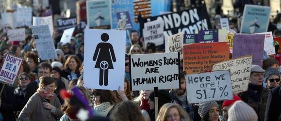 영국 런던에서 여성 인권운동가들이 여권 신장을 외치며 시위하고 있다. /로이터 연합뉴스