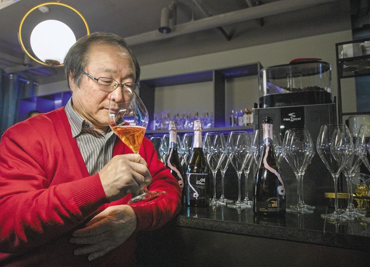 이종기 오미나라 대표가 서울 조계사 맞은편 나인트리호텔 12층 전통술 바인 스페이스 오에서 오미로제 스파클링와인 향을 맡고 있다.