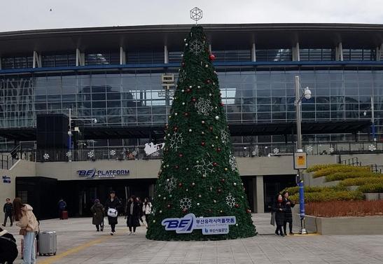 21~22일 '크리스마스 버스킹 페스티벌'이 열리는 부산 동구 초량동 부산역광장의 '부산유라시아플랫폼' 전경. 부산시제공