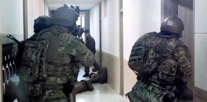 미 국방부가 지난 11월 주한 미 특전사령부 소속 특전대원들이 우리 군 특전사와 함께 군산 기지에서 가상의 북한군 요인을 생포하는 훈련을 하고, 최근 관련 내용을 담은 장면들을 이례적으로 공개했다. 사진은 특전대원들이 가상의 북한군과 교전하는 동영상 속 장면. 미군은 훈련 장면이 담긴 동영상과 사진을 미 국방부 관련 사이트에 올렸다가 현재 동영상은 삭제한 상태다.