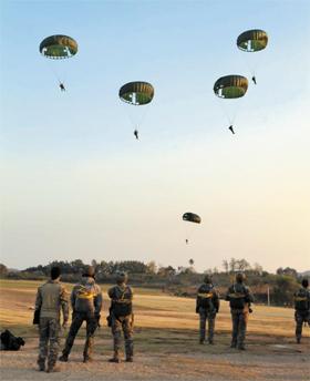 주한 미 특전사령부 소속 특전대원들이 지난달 군산기지 인근에서 낙하산 강하 훈련을 하는 모습.