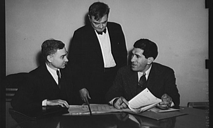 2차 대전 당시 미국 전시(戰時)생산위원회 계획위원장으로 근무한 로버트 네이선(오른쪽)이 동료들과 이야기를 나누고 있다.