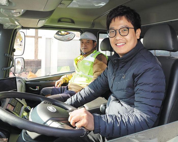 24일 대구시 수성구 7급 공무원인 김영익(오른쪽)씨가 청소차를 운전해 수성유원지 쓰레기 집하장에 도착했다.