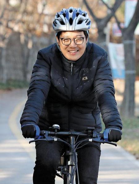 아너 소사이어티 회원인 김영익씨가 이달 초 자전거를 타고 대구 대봉교 아래 자전거 도로 위를 달리고 있다. 김씨는 2년 전부터 대구 북구의 집에서 직장까지 약 13㎞ 거리를 자전거로 출퇴근한다.