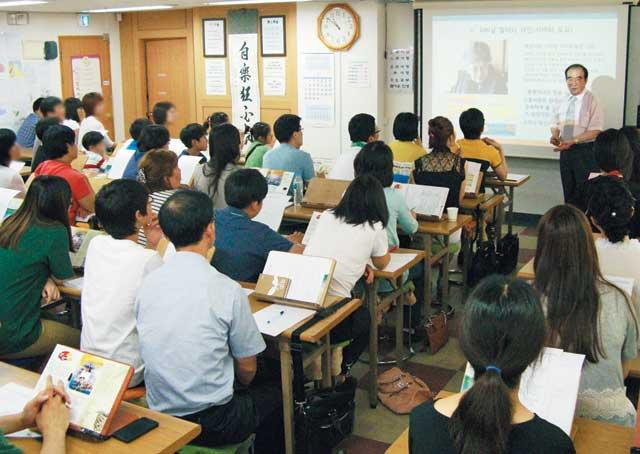 세계전뇌학습아카데미 김용진 박사가 수강생들에게 '초고속전뇌학습법'을 강의하고 있다.