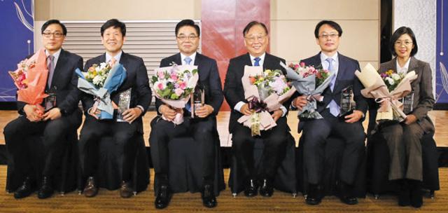 2019 상전유통학술상 시상식에서 수상자들이 기념사진을 찍고 있다.