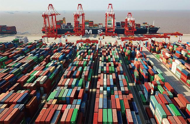 중국 주요 수출항인 상하이 양산부두 컨테이너 선착장. photo 뉴시스·AP
