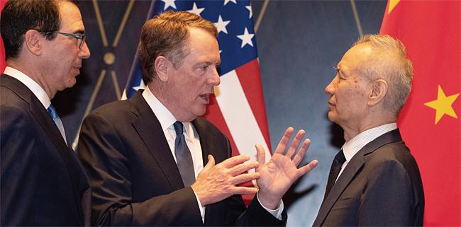 지난 7월 중국 상하이 미·중 무역협상 당시 라이트하이저 미국 무역대표부 대표(가운데)와 류허 중국 부총리(오른쪽) 모습. photo 뉴시스