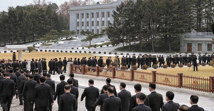 양복 차림을 한 당 주요 간부들이 회의가 열린 노동당 본부청사로 들어가고 있다.
