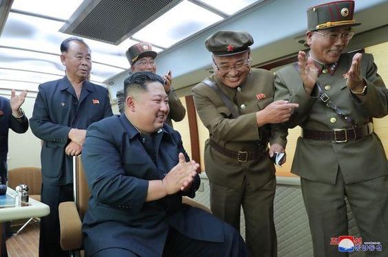 지난 2019년 8월 16일 신형 무기의 시험 발사를 지휘하는 김정은 국무위원장./조선중앙통신사