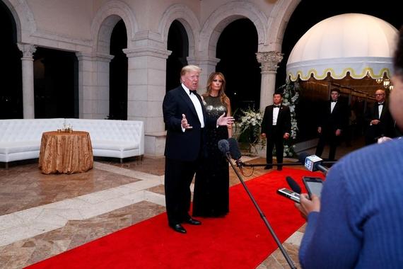 도널드 트럼프 미국 대통령이 31일 플로리다주(州) 마러라고 리조트에서 연말연휴를 즐기다 기자들을 만나 질문에 답하고 있다. /로이터연합뉴스