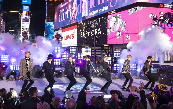 한국 아이돌그룹 방탄소년단(BTS)이 2019년 마지막 날 미국 뉴욕 타임스스퀘어에서 열린 새해맞이 무대에 올라 공연하고 있다.