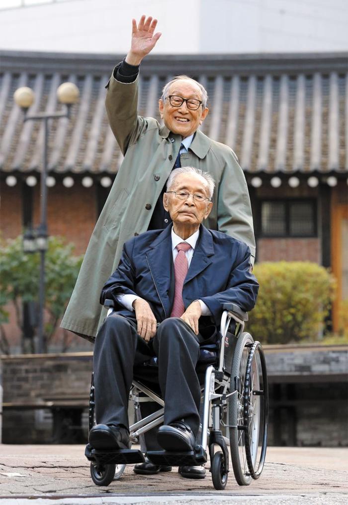 6·25전쟁 영웅인 백선엽 장군(앞)과 국내 철학계 1세대 학자인 김형석 연세대 철학과 명예교수가 조선일보 창간 100주년 기획 '文武 100년의 대화'를 위해 만났다. 두 사람은 모두 올해 만 100세가 된다. 사진은 지난해 11월 11일 서울 중구 성공회 성당에서 김 교수가 백 장군 휠체어를 밀고 있는 모습.
