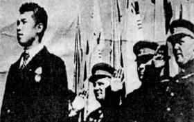 김일성(왼쪽)은 1945년 10월 14일 평양 공설운동장에서 열린 '김일성 장군 환영회'에서 처음으로 일반 대중에게 모습을 드러냈다.
