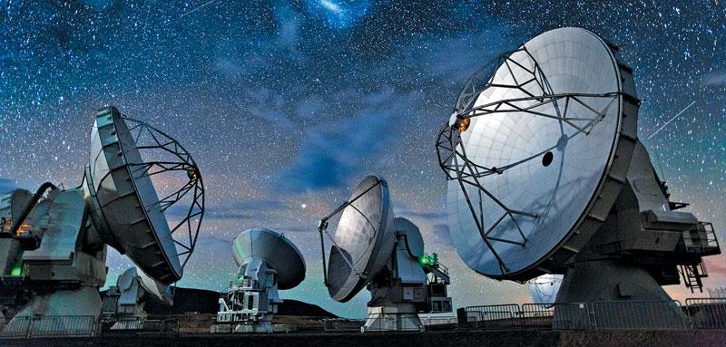이번 프로젝트에 참가한 전파망원경 8대 중 하나인 ALMA(아타카마 대형 밀리미터파 집합체). 칠레 북부 아타카마 사막에 있는 66개 망원경 배열체이다. / ALMA