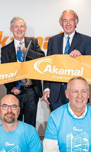 한 IT 컨퍼런스에 직원들과 함께 참석한 아카마이의 톰 레이턴(왼쪽 위) CEO.