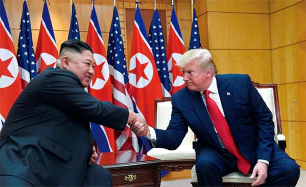 도널드 트럼프 미국 대통령과 김정은 북한 국무위원장이 지난해 6월 30일 판문점에서 악수하고 있다. /미 국무부