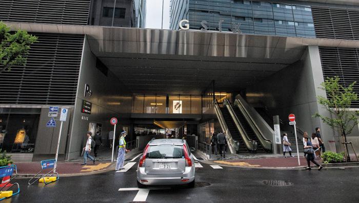 도로 품은 긴자 식스 - 서울 명동에 해당하는 일본 도쿄 긴자(銀座)의 대형 복합 쇼핑몰 '긴자 식스' 빌딩 1층 중앙부에 뚫린 도로로 차량이 들어가고 있다.