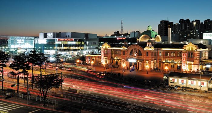 서울역의 야경. 하늘로 솟은 마천루들이 사방을 둘러싼 도쿄역과 달리, 서울역 인근 개발 사업은 10년째 표류 중이다.