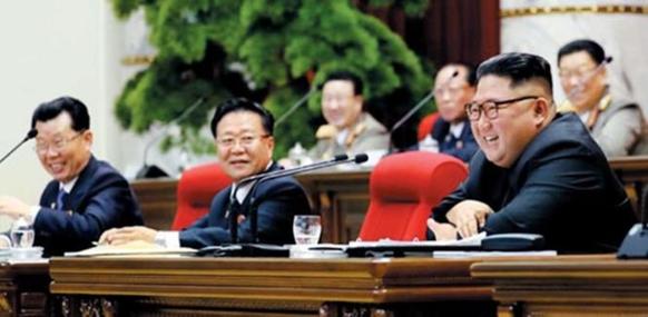 북한 조선중앙통신은 지난 1일 김정은 북한 국무위원장이 작년 12월 31일 노동당 중앙위 제7기 5차 전원회의에서 활짝 웃고 있는 모습을 보도했다./연합뉴스