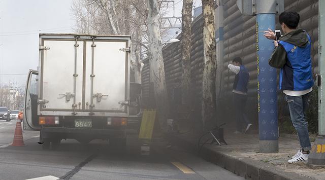 2019년 3월 27일 서울 용산구의 4차선 도로변에서 배출가스 단속이 진행되고 있다. /김지호 기자