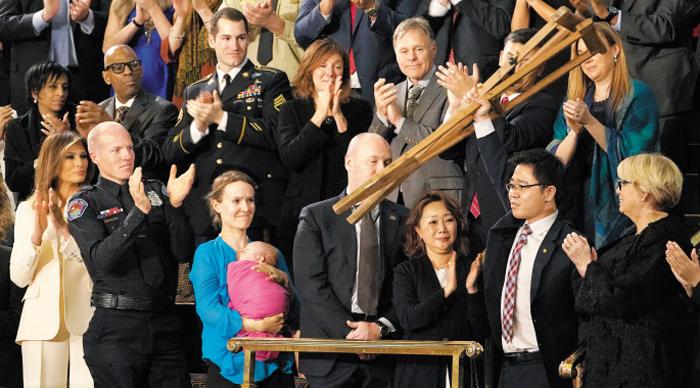 2018년 1월 30일(현지 시각) 탈북 인권 운동가 지성호씨가 미국 워싱턴 의회에서 열린 도널드 트럼프 대통령의 신년 국정연설회에 초청받았다. 지씨가 목발을 들어 올리자 청중들이 박수를 치고 있다.