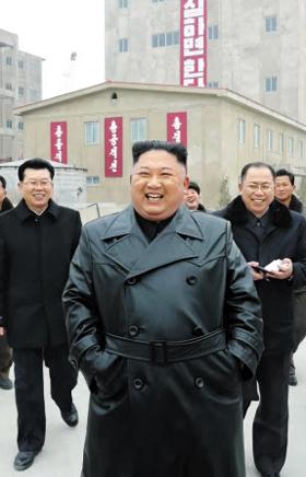 김정은 북한 국무위원장이 평남 순천인비료공장 건설 현장을 현지 지도했다고 7일 조선중앙통신이 보도했다. 북한은 김정은이 가죽 코트를 입은 채 활짝 웃으며 현장을 둘러보는 모습도 공개했다.