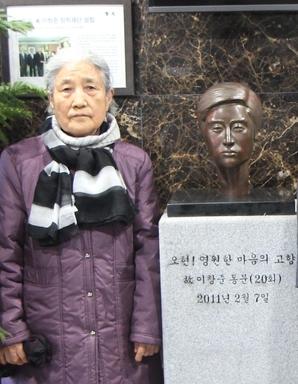 윤영옥 할머니가 지난 8일 오현고에 세워진 아들 두상 옆에서 기념촬영을 하고 있다./오현고 제공