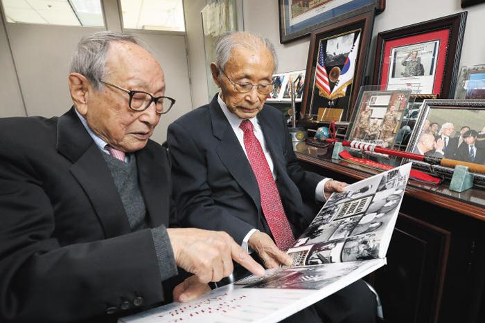 지난해 12월 24일 서울 용산구 전쟁기념관 429호 백선엽(오른쪽) 장군 사무실을 방문한 김형석 연세대 명예교수에게 백 장군이 군 복무 시절 찍은 사진을 보여주며 설명하고 있다.