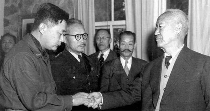 대장에 진급한 백선엽(맨 왼쪽) 장군이 경무대에서 이승만(맨 오른쪽) 대통령을 만나 악수를 나누는 모습.