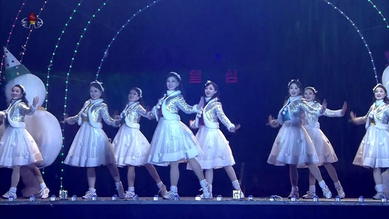 북한은 평양 김일성광장에서 '2020 설맞이 축하 무대'를 펼치며 새해를 맞이했다. 사진은 조선중앙TV 캡처로, 무용수들이 축하 공연을 하고 있다. /연합뉴스