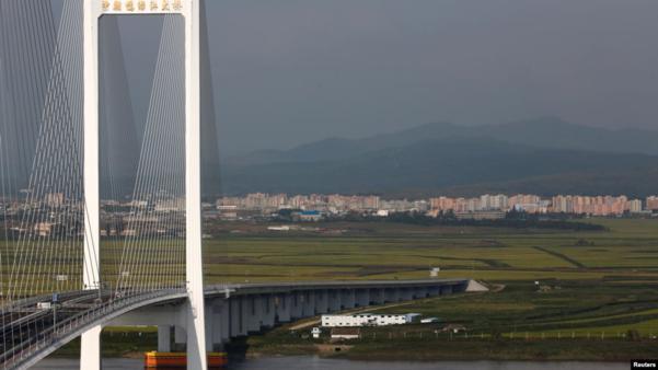 지난 2016년 11월 중국 단둥에서 촬영한 신압록강대교. 단둥과 북한 신의주를 연결하는 다리지만 북한 지역 끝은 도로가 아닌 논과 밭으로 이어진 상태다./로이터, VOA