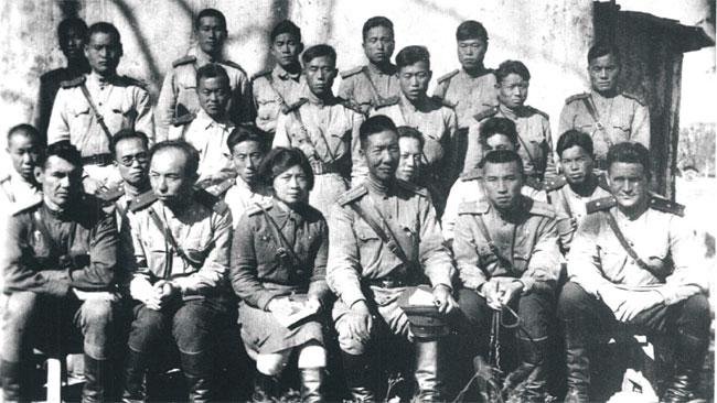 소련군 제88독립보병여단(88국제여단) 간부 합동사진. 총사령관(여단장) 저우바오중과 왕이즈 부부(가운데)를 중심으로, 김일성(첫줄 오른쪽 두 번째), <이하 셋째줄 왼쪽부터> 서철(두 번째), 강건(강신태·세 번째), 김광협(네 번째), <이하 넷째줄 왼쪽부터> 안길(첫 번째), 김일(박덕산·두 번째), 최용진(세 번째), 김경석(다섯 번째) 등 조선인 간부들이 보인다. photo 중국 지린성 도서관