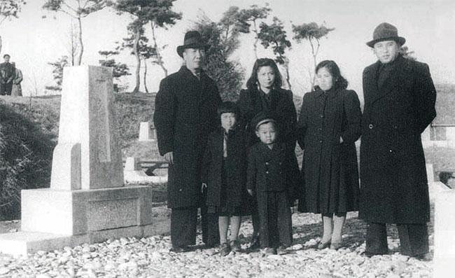 1948년 안길의 묘를 함께 찾은 김일성(오른쪽)과 저우바오중(왼쪽) 가족. 김정숙(김일성 옆)과 김정일(첫줄 남자아이)도 보인다. photo 바이두