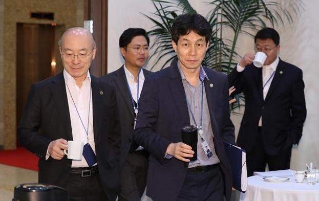 윤건영(오른쪽 둘째) 전 청와대 국정상황실장이 지난해 11월 청와대에서 열린 수석·보좌관회의에 들어서고 있다. /연합뉴스