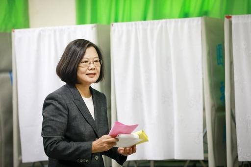 대만 민진당 소속 차이잉원 총통이 11일 치러진 대만 총통 선거에서 투표를 하고 있다. /차이잉원 페이스북