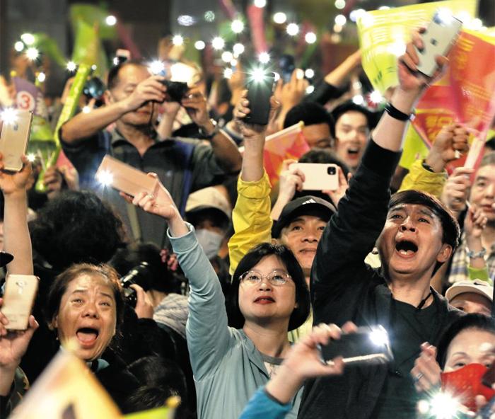 차이잉원 대만 총통 지지자들이 11일 대만 타이베이 민주진보당 당사 주변에 모여 이날 실시된 대만 총통 선거에서 차이잉원 총통이 승리한 것에 대해 휴대폰 불빛을 비추며 환호하고 있다. 차이잉원은 선거에서 817만표(57.1%)를 얻어 552만표(38.6%)를 얻은 국민당 한궈위 후보를 누르고 재선에 성공했다.