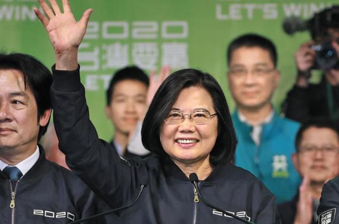 11일 대만 총통 선거에서 재선에 성공한 차이잉원 대만 총통이 당선이 확정된 뒤 타이베이 선거운동본부에서 지지자들에게 손을 흔들고 있다.